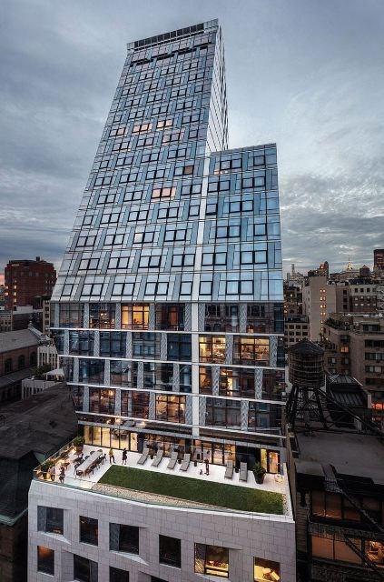 35XV là một tòa chung cư cao cấp nằm ở trung tâm Manhattan (New York, Mỹ). Nhìn từ xa, có thể thấy diện mạo của tòa tháp này hoàn toàn nổi bật so với xung quanh.