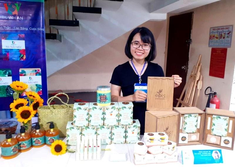 Chị Lê Thị Thư và gian hàng giới thiệu các sản phẩm thương hiệu EPIS.