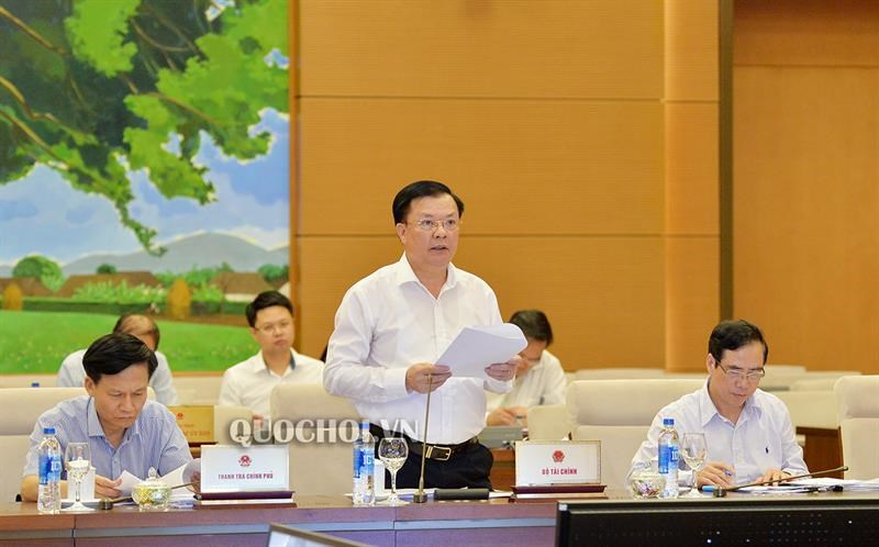 Bộ trưởng Đinh Tiến Dũng trình bày báo cáo tại phiên họpthứ 33, của Ủy ban Thường vụ Quốc hội.