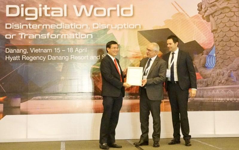 Ông Nguyễn Thanh Đạm - Tổng Giám đốc Vietlott nhận Giấy chứng nhận cấp độ 2 Chơi có trách nhiệm của Hiệp hội xổ số thế giới (WLA).