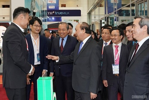 Thủ tướng tham quan triển lãm của các doanh nghiệp tư nhân.
