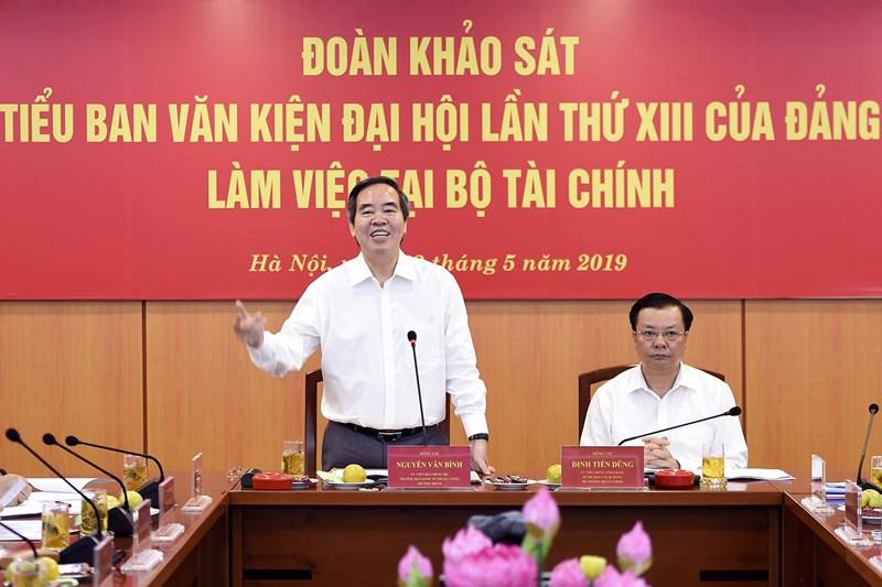 Đồng chí Nguyễn Văn Bình phát biểu tại buổi làm việc.