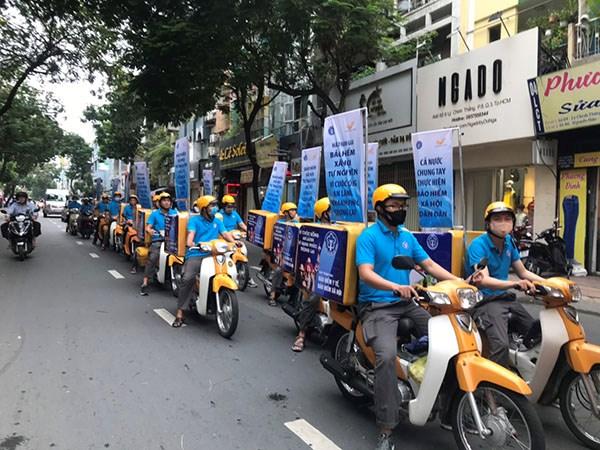 Nhân viên BHXH TP và Bưu điện TPHCM tham gia tuyên truyền về BHXH tự nguyện trên các tuyến phố TPHCM.
