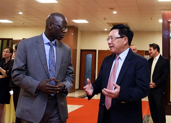 Phó Thủ tướng Phạm Bình Minh và Giám đốc Quốc gia Ngân hàng Thế giới tại Việt Nam Ousmane Dione. Ảnh: VGP/Hải Minh