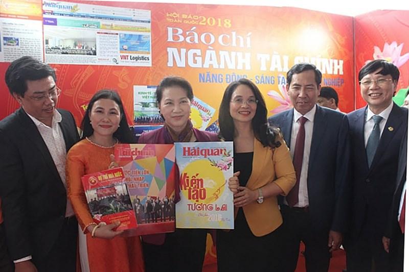 Đồng chí Nguyễn Thị Kim Ngân, Ủy viên Bộ Chính trị, Chủ tịch Quốc hội thăm gian triển lãm báo chí ngành Tài chính.