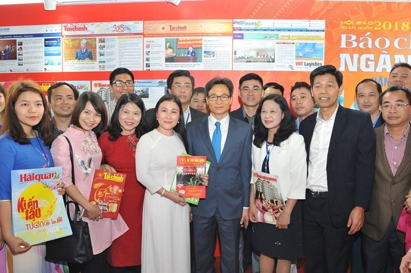 Đồng chí Vũ Đức Đam, Ủy viên Ban Chấp hành Trung ương Đảng, Phó Thủ tướng Chính phủ thăm gian triển lãm báo chí ngành Tài chính.