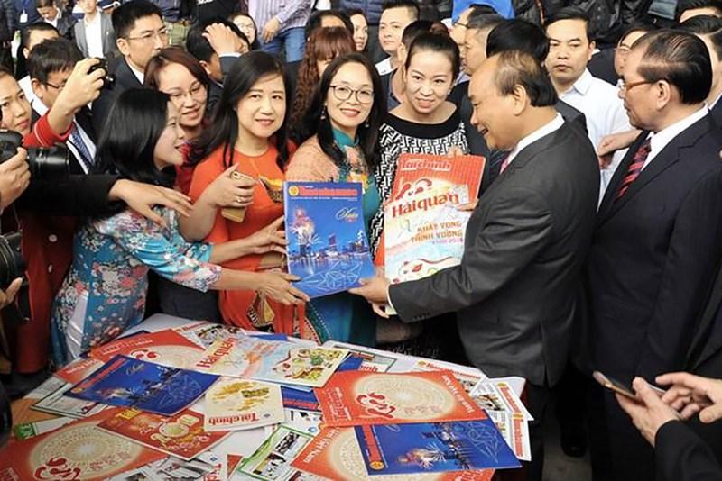 Thủ tướng Nguyễn Xuân Phúc và Nguyên Tổng bí thư Nông Đức Mạnh thăm gian triển lãm báo chí ngành Tài chính.