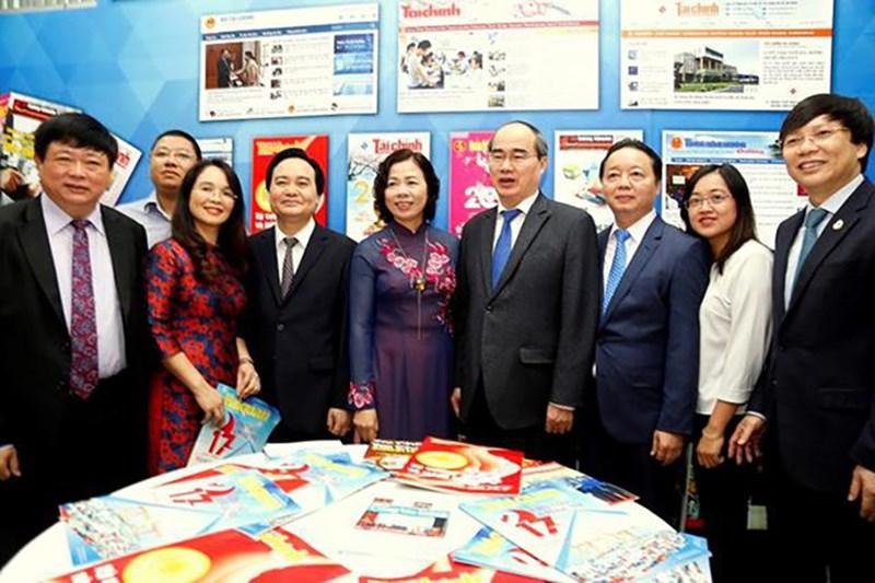 Đồng chí Nguyễn Thiện Nhân, Ủy viên Bộ Chính trị, Bí thư TP. Hồ Chí Minh; Thứ trưởng Bộ Tài chính Vũ Thị Mai cùng các đồng chí lãnh đạo các bộ, ngành thăm gian triển lãm báo chí ngành Tài chính.