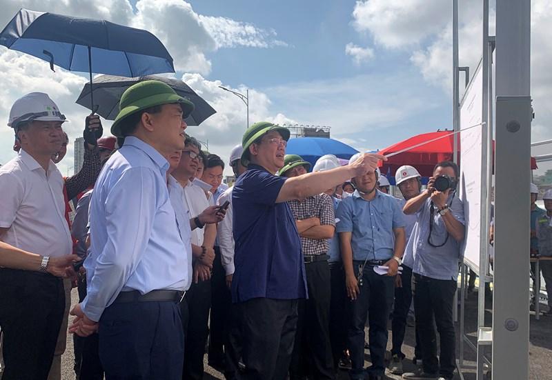 Lãnh đạo TP. Hà Nội kiểm tra tiến độ xây dựng dự án đường vành đai 2 trên cao, đoạn Ngã Tư Sở - Ngã Tư Vọng.