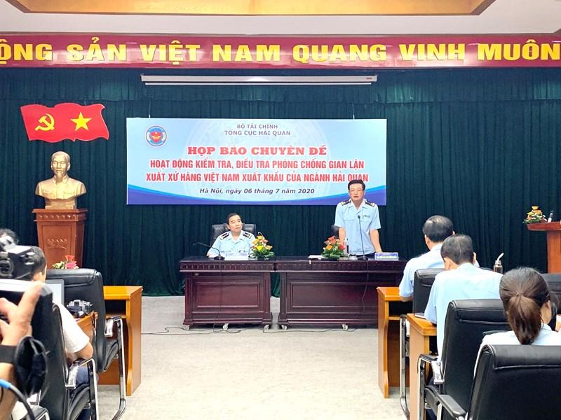 Ông Nguyễn Tiến Lộc, Cục trưởng Cục Kiểm tra sau thông quan (Tổng cục Hải quan) cung cấp thông tin tại Họp báo.