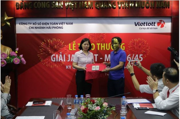Anh T.Đ.O trao quà từ thiện cho chương trình Cặp lá yêu thương.