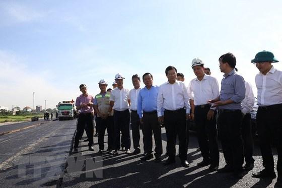 Phó Thủ tướng Trịnh Đình Dũng và đoàn công tác kiểm tra tuyến. (Ảnh: Huy Hùng/TTXVN)