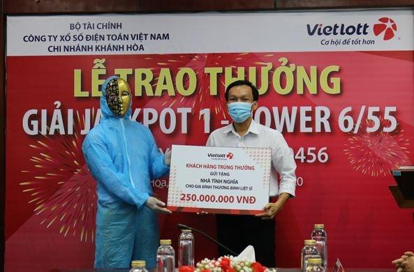 Tỷ phú Vietlott nộp ngân sách Khánh Hòa, từ thiện, hỗ trợ chống dịch covid-19 hơn 12 tỷ đồng - Ảnh 1