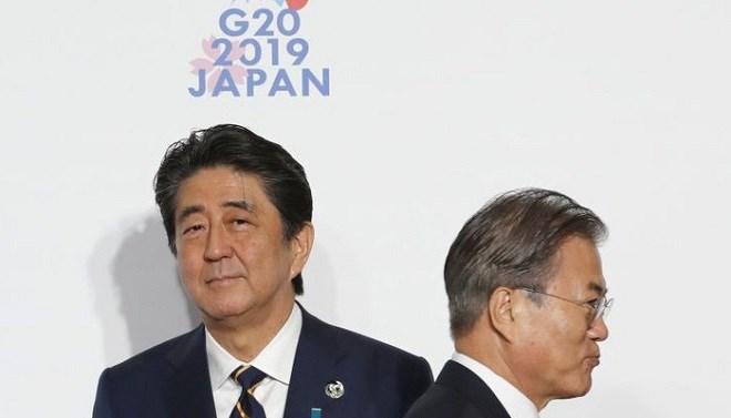 Thủ tướng Nhật Bản Shinzo Abe (trái) và Tổng thống Hàn Quốc Moon Jae-in tại thượng đỉnh G20 ở Osaka, Nhật Bản hồi cuối tháng 6 - Ảnh: Bloomberg.