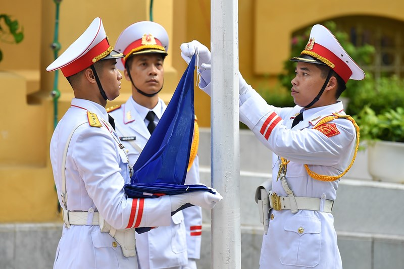Các chiến sĩ tiêu binh chuẩn bị làm Lễ thượng cờ ASEAN.