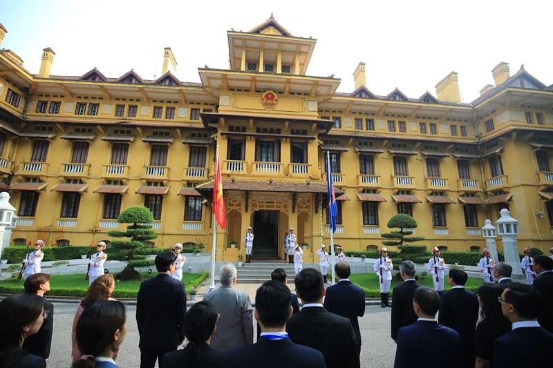 Giây phút trang nghiêm tại lễ thượng cờ ASEAN.