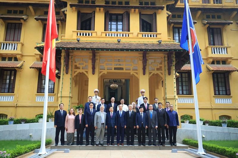 Các đại biểu Việt Nam và quốc tế tại Lễ thượng cờ ASEAN.