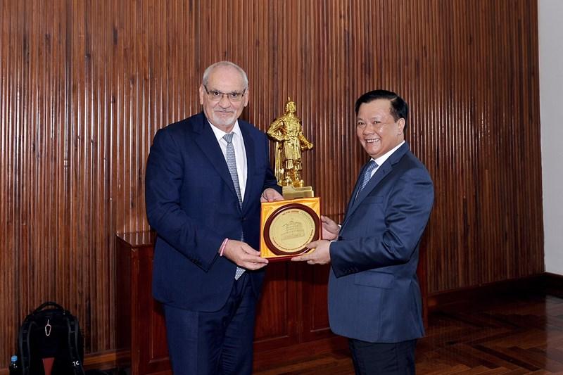 Bộ trưởng Đinh Tiến Dũng tặng quà lưu niệm cho Tổng giám đốc IFC.