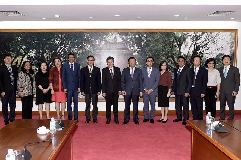 Bộ trưởng Đinh Tiến Dũng và các đại biểu chụp ảnh lưu niệm.