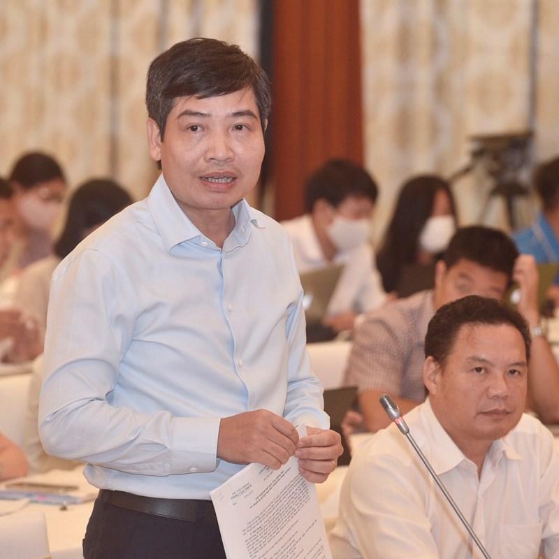 Thứ trưởng Bộ Tài chính Tạ Anh Tuấn trả lời báo chí tại họp báo.