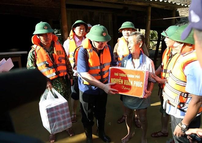 Phó Thủ tướng Vương Đình Huệ thăm hỏi người dân vùng lũ.