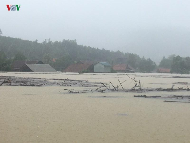 Nhà cửa người dân cũng ngập trong biển nước.