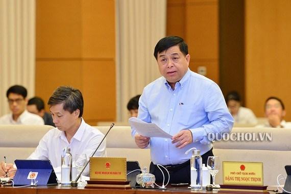 Bộ trưởng Bộ Kế hoạch và Đầu tư Nguyễn Chí Dũng trình dự án Luật Đầu tư theo hình thức đối tác công tư (PPP) tại phiên họp.