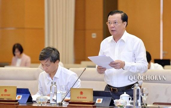 Bộ trưởng Đinh Tiến Dũng đọc Tờ trình của Chính phủ và cho ý kiến về dự thảo Nghị định, sáng 17/9.
