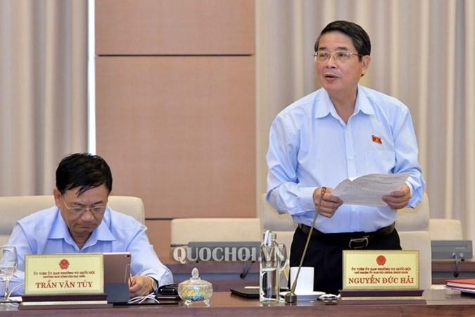 Chủ nhiệm Uỷ ban Tài chính ngân sách Nguyễn Đức Hải trình bày báo cáo thẩm tra.