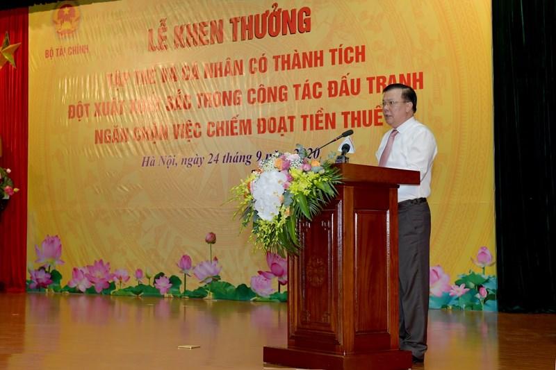 Bộ trưởng Bộ Tài chính Đinh Tiến Dũng biểu dương các tập thể, cá nhân có thành tích xuất sắc.