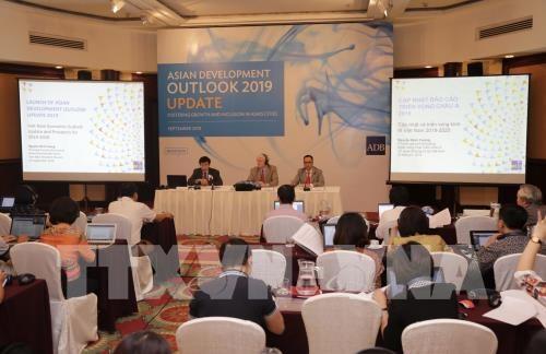 Quang cảnh buổi họp báo cập nhật tình hình phát triển kinh tế Việt Nam.