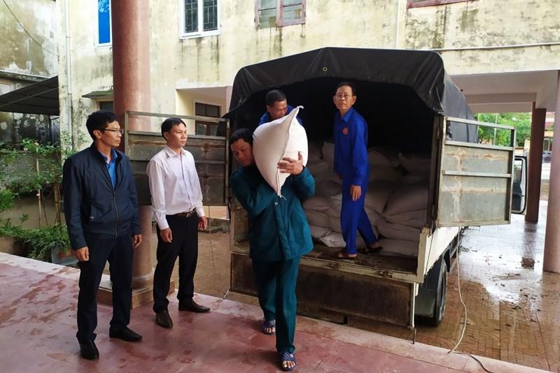 Kiểm tra công tác tiếp nhận gạo hỗ trợ tại UBND Phường Đại Nài - Thành phố Hà Tĩnh.