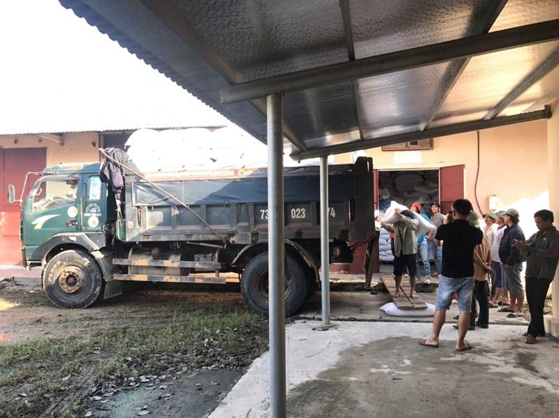 Khẩn trương chuyển gạo từ kho lên xe vào vùng lũ.