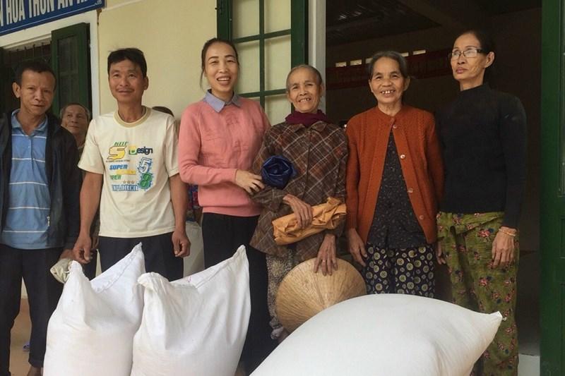 Nhân dân xã Lộc Hà, huyện Phú Lộc Thừa Thiên Huế phấn khởi khi nhận được gạo cứu trợ của Chính phủ từ nguồn dự trữ quốc gia.