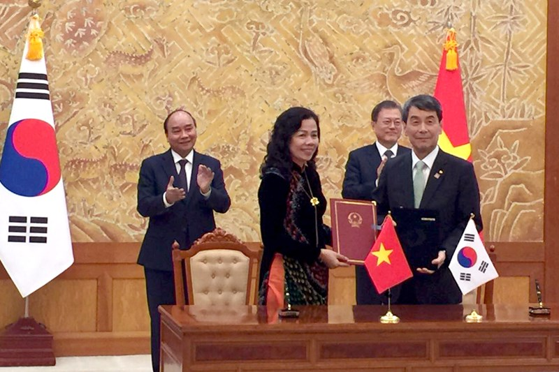 Thứ trưởng Vũ Thị Mai và Chủ tịch kiêm Tổng giám đốc Ngân hàng phát triển Hàn Quốc (KDB) Lee Dong Gull ký Bản ghi nhớ hợp tác nâng cao năng lực hoạt động của Ngân hàng Phát triển Việt Nam giữa Bộ Tài chính Việt Nam và Ngân hàng Phát triển Hàn Quốc (KDB).