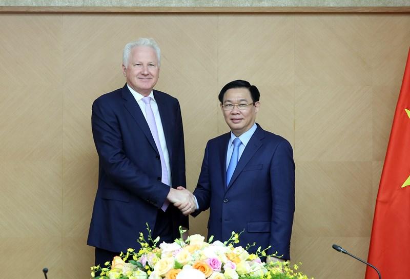 Phó Thủ tướng Vương Đình Huệ và ông Richard F. Chandler, Chủ tịch và là nhà sáng lập Tập đoàn Clermont.