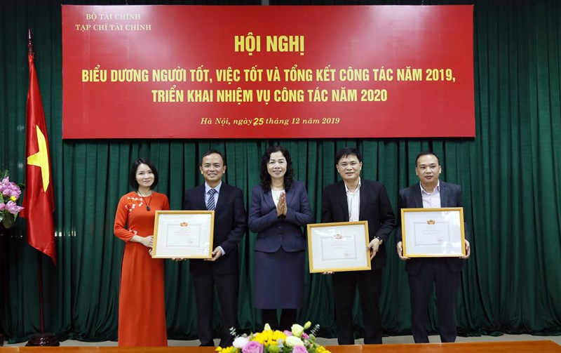 Thứ trưởng Vũ Thị Mai trao tặng Bằng khen của Bộ trưởng Bộ Tài chính cho các tập thể lao động xuất sắc của Tạp chí Tài chính.