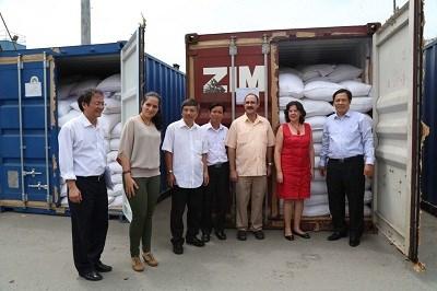 Các đại biểu tại cảng Nam Hải, Hải Phòng, chứng kiến lô gạo đầu tiên trong tổng số 5.000 tấn gạo tập kết trước khi lên đường sang Cuba.