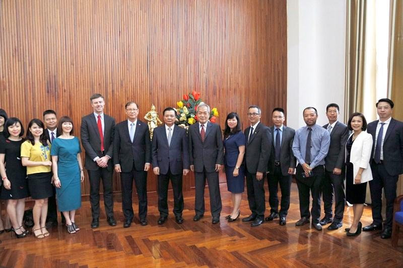 Bộ trưởng Đinh Tiến Dũng chụp ảnh lưu niệm với Ngài Leo Lee - Chủ tịch ACCA và đoàn công tác.