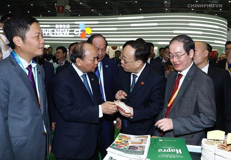 Thủ tướng Nguyễn Xuân Phúc thăm gian hàng của doanh nghiệp Việt Nam tại Hội chợ CIIE 2018. Ảnh: VGP/Quang Hiếu.