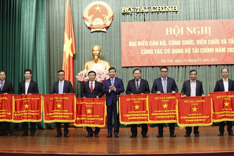 Thứ trưởng Tạ Anh Tuấn trao tặng cờ thi đua của Chính phủ, Bộ Tài chính cho các đơn vị đạt thành tích tiêu biểu, xuất sắc, dẫn đầu phong trào thi đua ngành Tài chính năm 2019.
