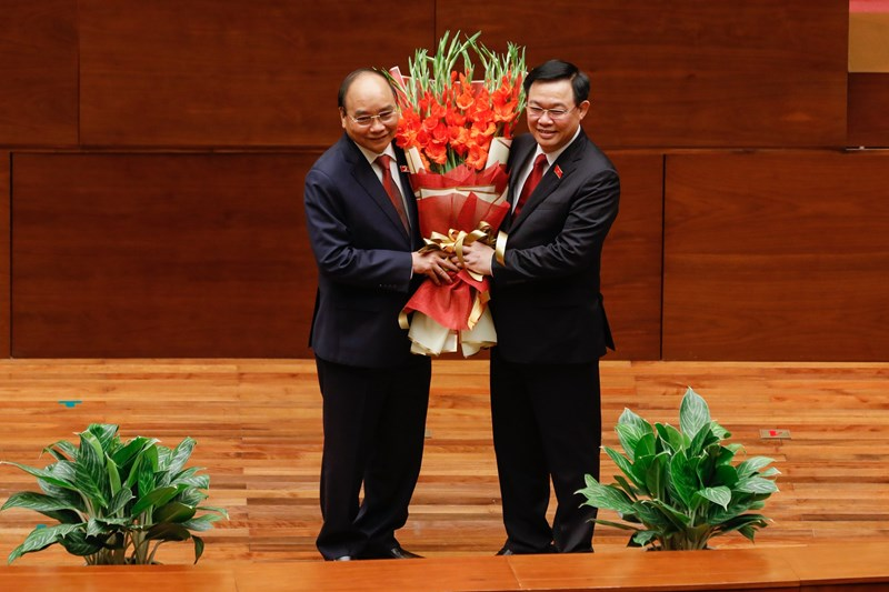 Chủ tịch Quốc hội Vương Đình Huệ tặng hoa chúc mừng Chủ tịch nước Nguyễn Xuân Phúc. Nguồn: baochinhphu.vn