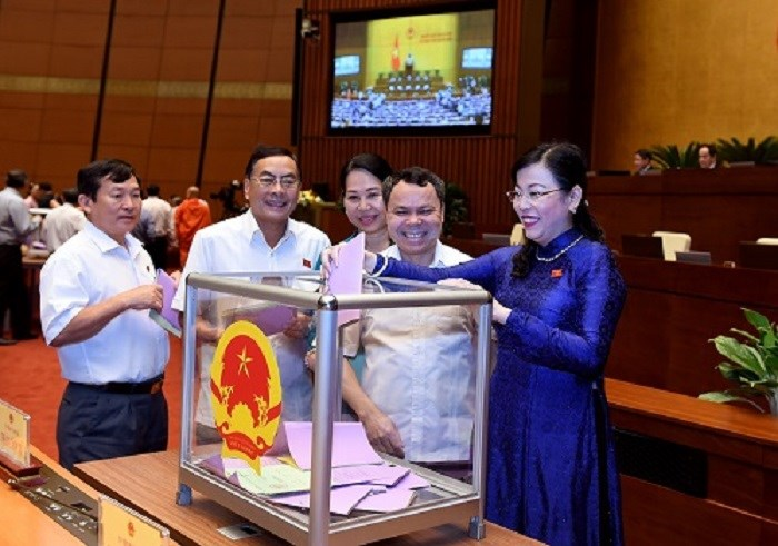 Các đại biểu bỏ phiếu miễn nhiệm các ủy viên Ủy ban Thường vụ Quốc hội. Nguồn: baochinhphu.vn