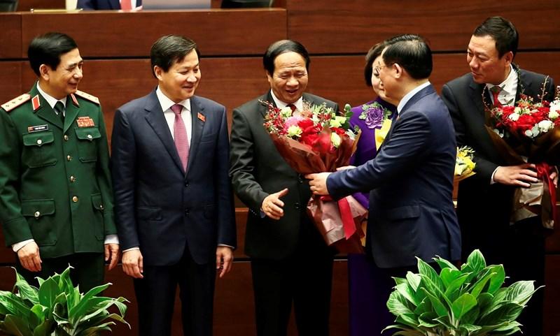 Chủ tịch Quốc hội Vương Đình Huệ chúc mừng Phó Thủ tướng Chính phủ Lê Văn Thành.Nguồn: Chinhphu.vn