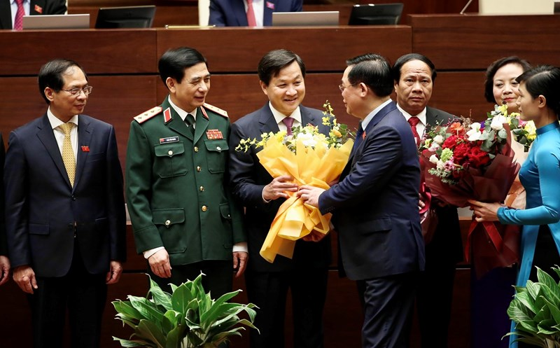 Chủ tịch Quốc hội Vương Đình Huệ chúc mừng Phó Thủ trướng Chính phủ Lê Minh Khái.Nguồn: chinhphu.vn