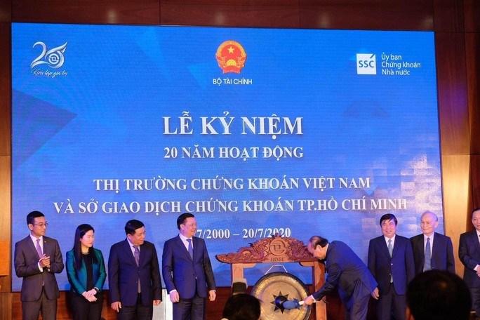 Thủ tướng Nguyễn Xuân Phúc thực hiện nghi thức đánh cồng kỷ niệm 20 năm hoạt động thị trường chứng khoán Việt Nam.