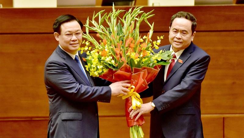 Phó Chủ tịch Thường trực Quốc hội Trần Thanh Mẫn tặng hoa chúc mừngChủ tịch Quốc hội Vương Đình Huệ.