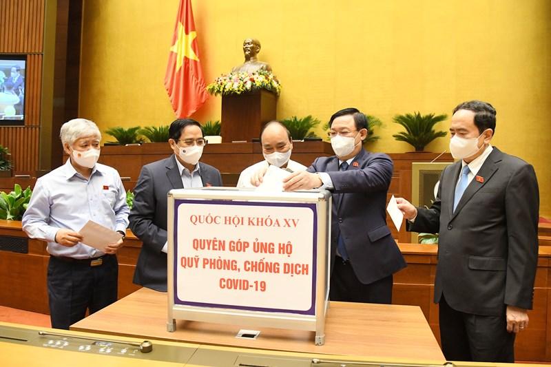 Các đồng chí Lãnh đạo Đảng, Nhà nước, đại biểu Quốc hội có mặt tại Nhà quốc hội đã tham gia quyên góp ủng hộ Quỹ phòng, chống dịch Covid-19.