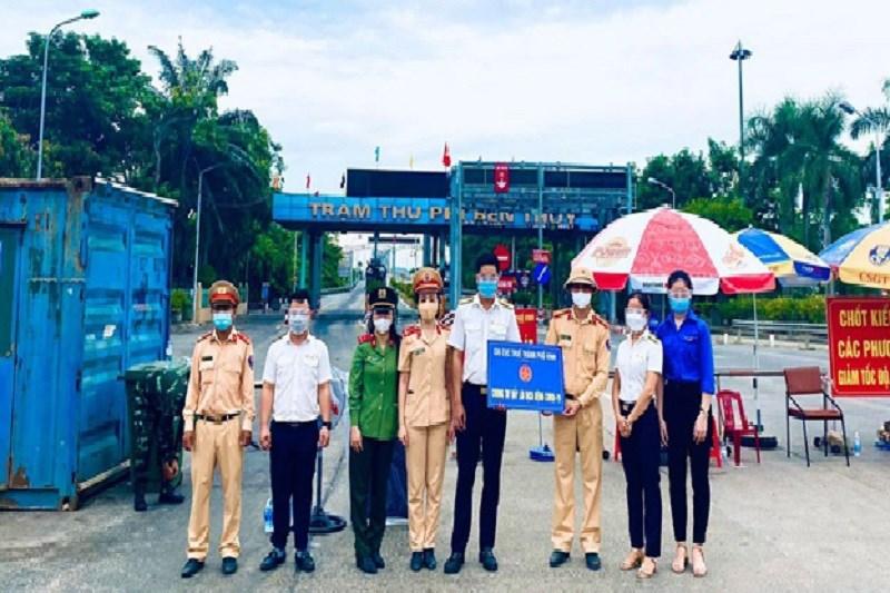 Đại diện Cục Thuế Nghệ An ủng hộ vật tư y tế, hàng hóa thiết yếu cho lực lượng làm nhiệm vụ tại điểm chốt phường Nghi Thủy, thị xã Cửa Lò, tỉnh Nghệ An.