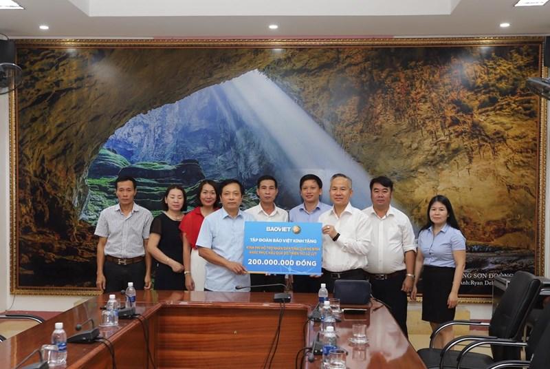 Chủ tịch Hội đồng Quản trị Tập đoàn Bảo Việt đã đến thăm và trao tặng số tiền 200 triệu đồng hỗ trợ đồng bào bị ảnh hưởng do lũ lụt của tỉnh Quảng Bình.